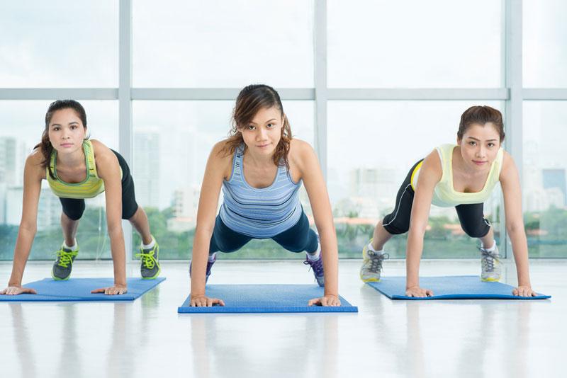 Q10-Profi - 5 gute Gründe für Planks - Planks mit ausgestrecktem Arm
